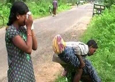 తాళి కట్టిన భార్య అనారోగ్యంతో అర్థంతరంగా కన్ను మూయడంతో మృతదేహాన్ని స్వగ్రామానికి తరలించేందుకు డబ్బుల్లేక, భుజాన వేసుకుని 60 కిలోమీటర్లు నడిచేందుకు సిద్ధమయ్యాడో భర్త. ఈ హృదయ విదారక ఘటన ఒడిశాలోని భువనేశ్వర్లో జరిగింది. ఆ సమయంలో తన వెంట 12 ఏళ్ల కుమార్తె కూడా ఉంది.  వివరాల్లోకి వెళితే... మేఘారా అనే గ్రామంలో దనమాజీ(42), అమాంగ్ దేయి అనే గిరిజన దంపతులున్నారు. గత కొద్ది కాలంగా అమాంగ్ క్షయ వ్యాధితో బాధపడుతోంది. వారికి ఒక కూతురు కూడా ఉంది. కాగా అమాంగ్కు వ్యాధి ముదరడంతో చికిత్స కోసం భవాని పాట్నా ప్రభుత్వ ఆస్పత్రిలో చేర్పించారు.  అక్కడ ఆమె చికిత్స పొందుతూ మంగళవారం రాత్రి ప్రాణాలు విడిచింది. అయితే, ఆమె మృతదేహాన్ని తరలించేందుకు ఆస్పత్రిలో ఏ ఒక్కరూ అతనికి సహకరించలేదు. వాస్తవానికి ముఖ్యమంత్రి నవీన్ పట్నాయక్ 'మహాపారాయణ' అనే పథకం ప్రారంభించారు. దీని ప్రకారం ప్రభుత్వ ఆస్పత్రుల్లో చనిపోయినవారి మృతదేహాలను వారి స్వగ్రామాలకు ప్రభుత్వం తరుపున ఉచితంగా చేర్చడం ఈ పథకం ఉద్దేశం.  కానీ దనమాజీ భార్యను తరలించేందుకు మాత్రం ఆస్పత్రి వర్గాలు సహకరించలేదు. దీంతో ఆమె మృతదేహాన్నిబట్టల్లో చుట్టి, తన గ్రామానికి కాలినడకన కూతురితో సహా బయలుదేరాడు. అలా 10 కిలోమీటర్