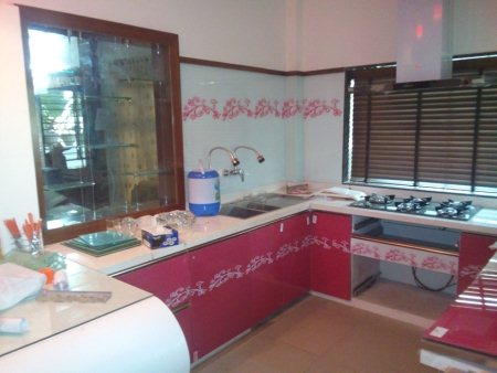 Kitchen with back painted Glass On wall and kitchen cabinets - by Badshah Fabrication, Bhopal