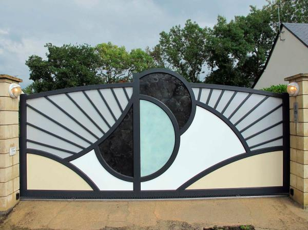 Abiding by the latest market trends, we are offering a wide assortment of SS Main Gate. This gate is widely used in offices, bungalows, apartments and hospitals. Our offered product is appreciated and accepted for its captivating design, gl - by Lily Welding, Patiala