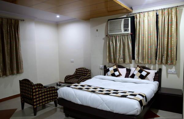 We have luxurious single as well as double Deluxe rooms which are fully Air-Conditioned with bathrooms (Shower), hot and cold water facility, wardrobe, Color T.V. (satellite channels), Telephone, king or Twin-sized beds with sofa, Tea table - by Hotel Osheen Place, Udaipur