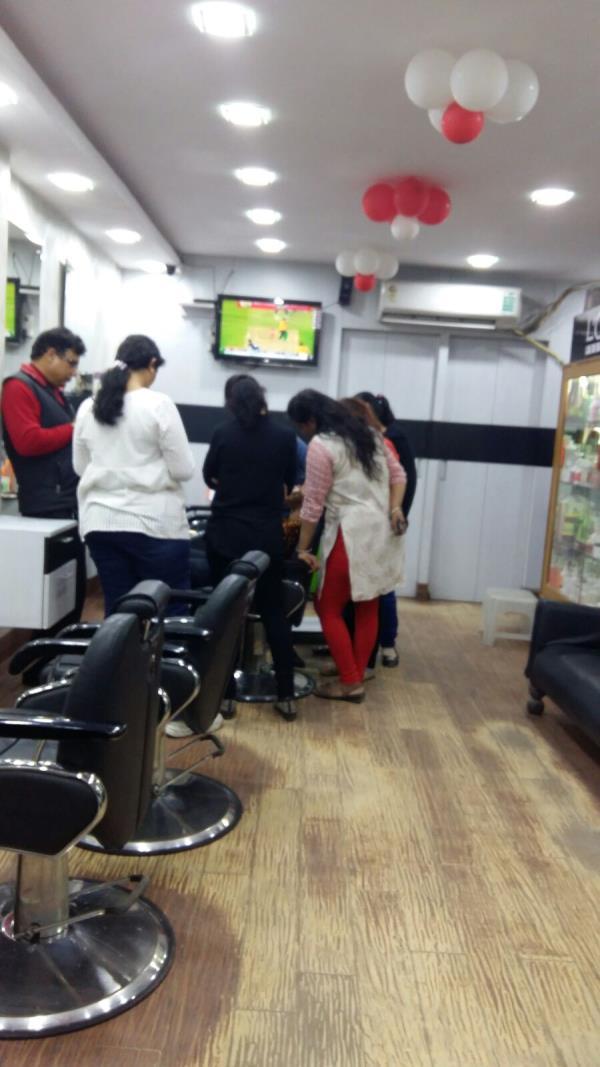 HAIR CUT - by Unieq Looks Unisex Saloon, Gautam Buddh Nagar