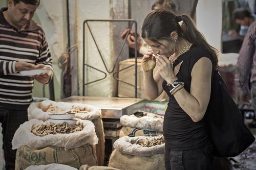 Cortney Burns at Khari Baoli, the spice market in Old Delhi. Professional Photographer in Delhi . - by Sandeep patwal Photography, Ghaziabad