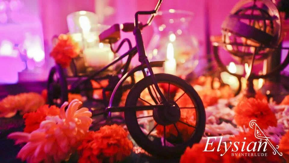 Retro Kitsch theme centre table decor for weddings  - by Elysian weddings, New Delhi