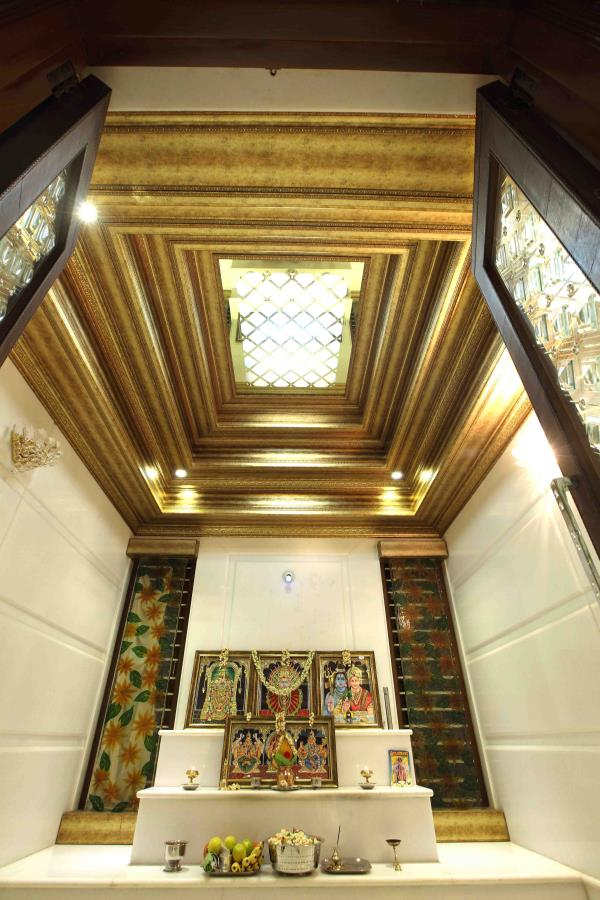 Temple designed with elegance of glass , bespoke golden panels and ornate mouldings - by MARIA DECOR, Greater Mumbai