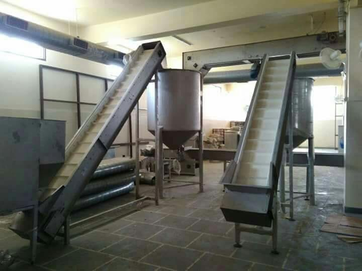 Incline belt conveyor for Kurkure Snacks - by Macaroni Pasta Machine Manufecturer, New Delhi